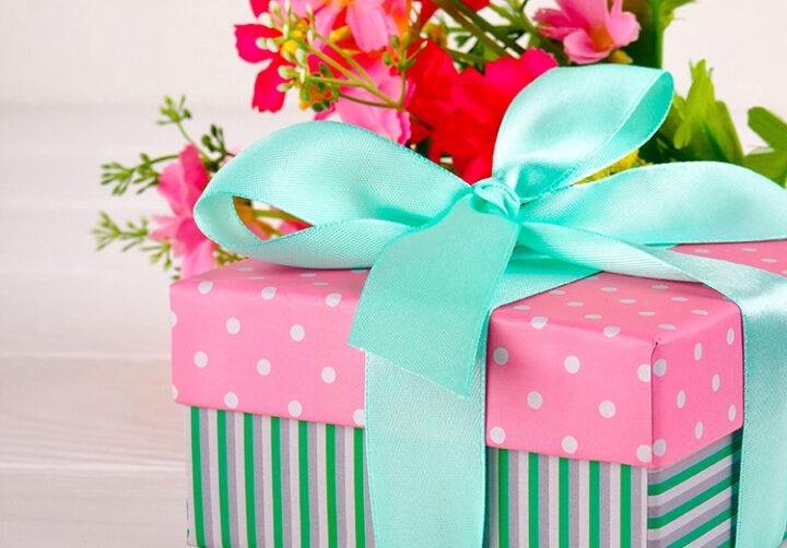 presentpaket med blommor